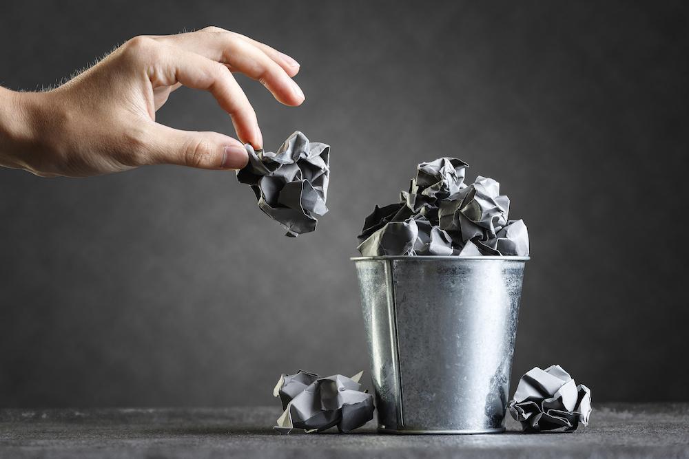工務店集客ドッコム | 紙くずがいっぱいのゴミ箱