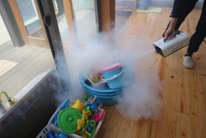 幼稚園での除菌作業の様子 除菌工房大分 SAKAI株式会社|工務店のプレスリリース